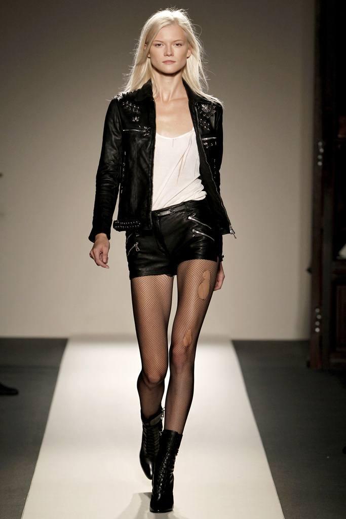 Модные кожаные шорты весна-лето