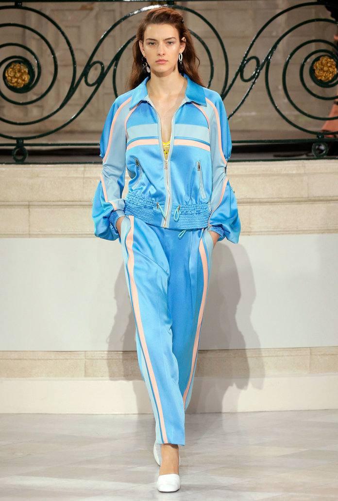 нежно-голубой костюм