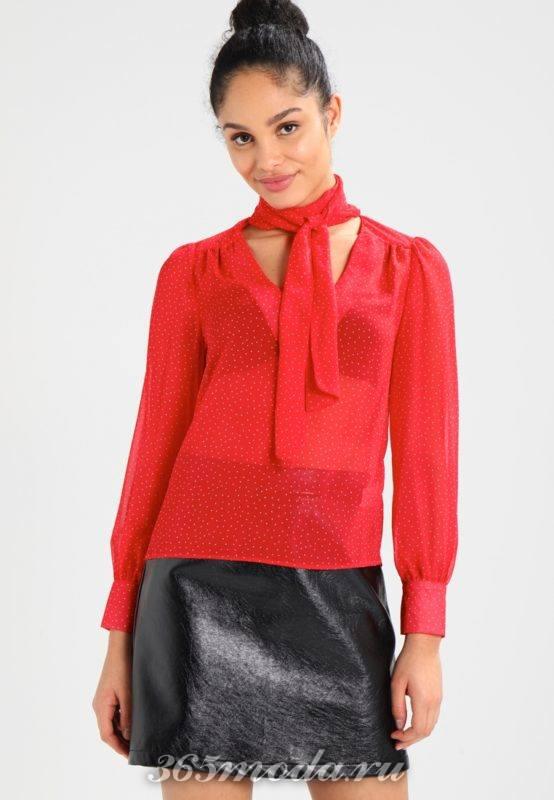 Красная блузка с бантом