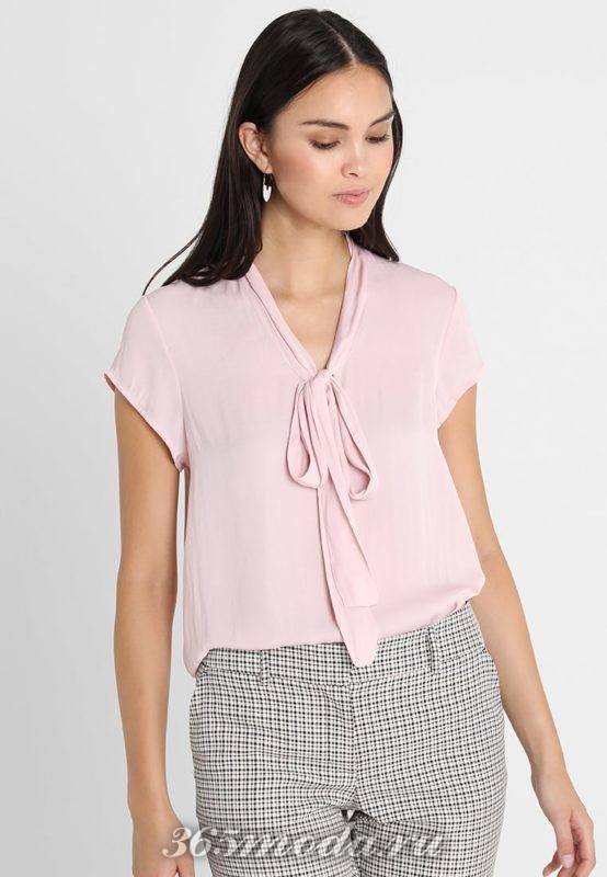Розовая блуза с тесьмой на воротничке