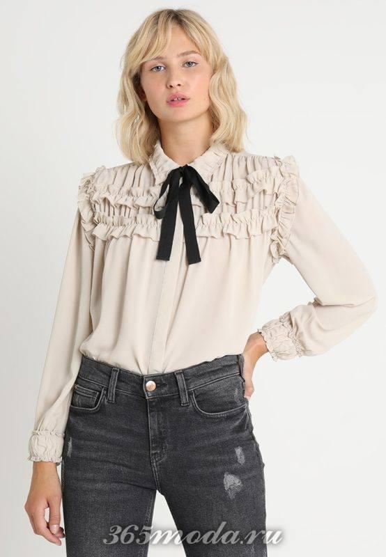 Бежевая блуза с тесьмой на воротничке