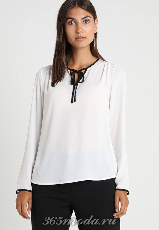 Белая блуза с тесьмой на воротничке