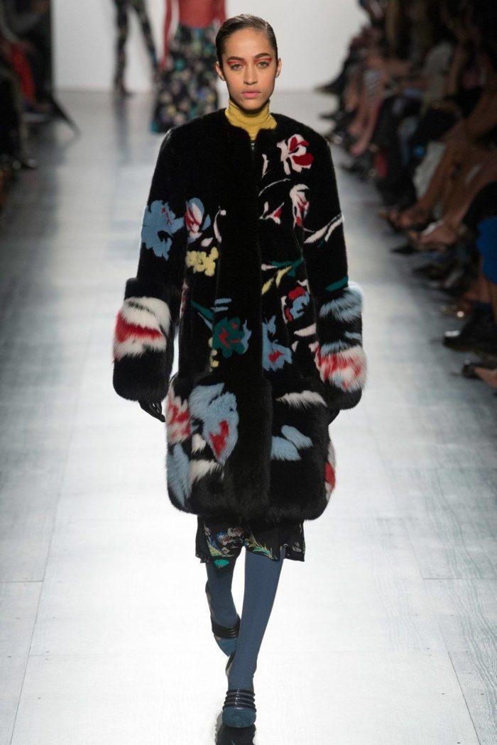 Пальто женское черное с принтом