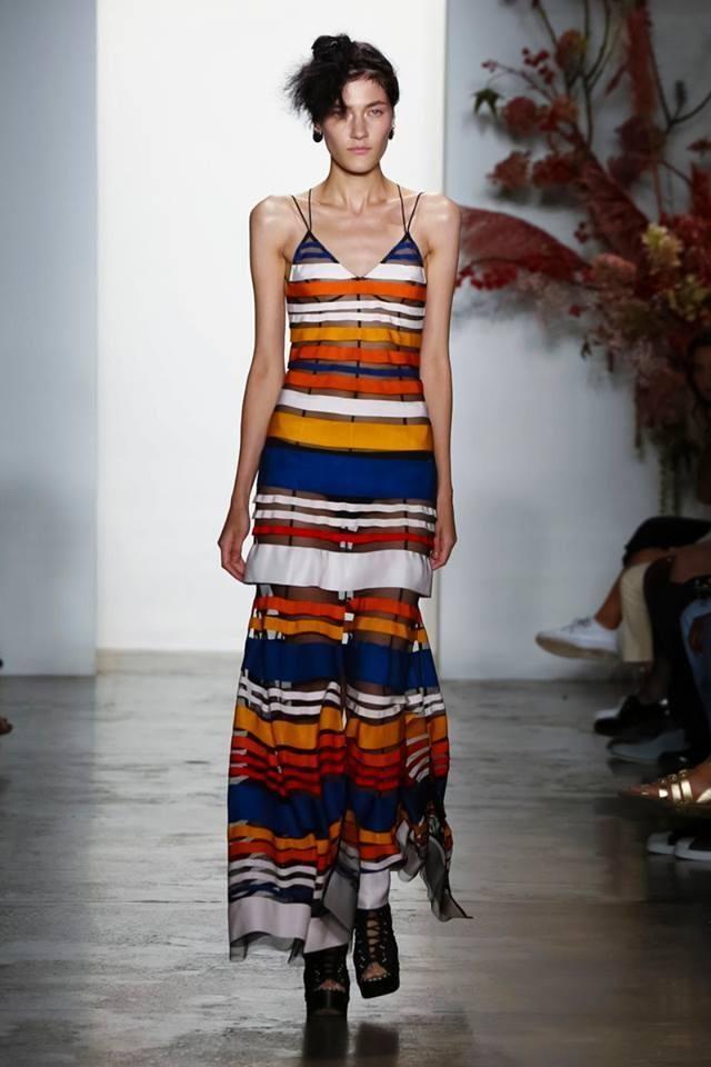 Модные принты весна-лето 2019: Платье в яркую полоску