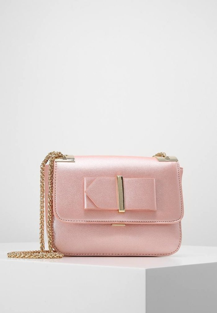 мини сумка розовая с золотой цепью