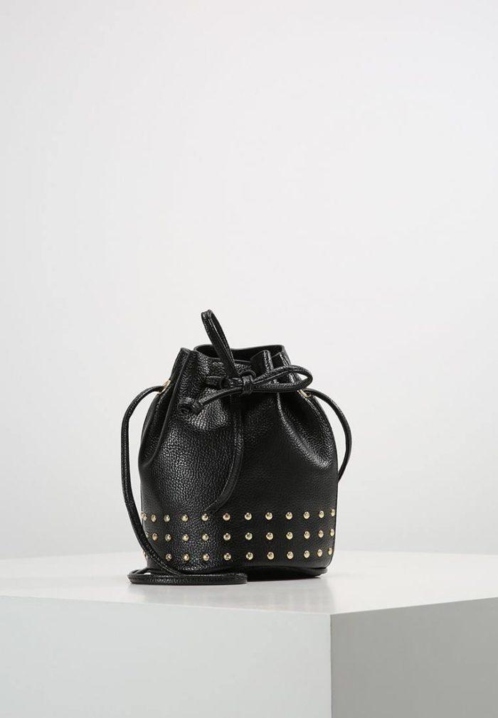 черный рюкзак с клепками