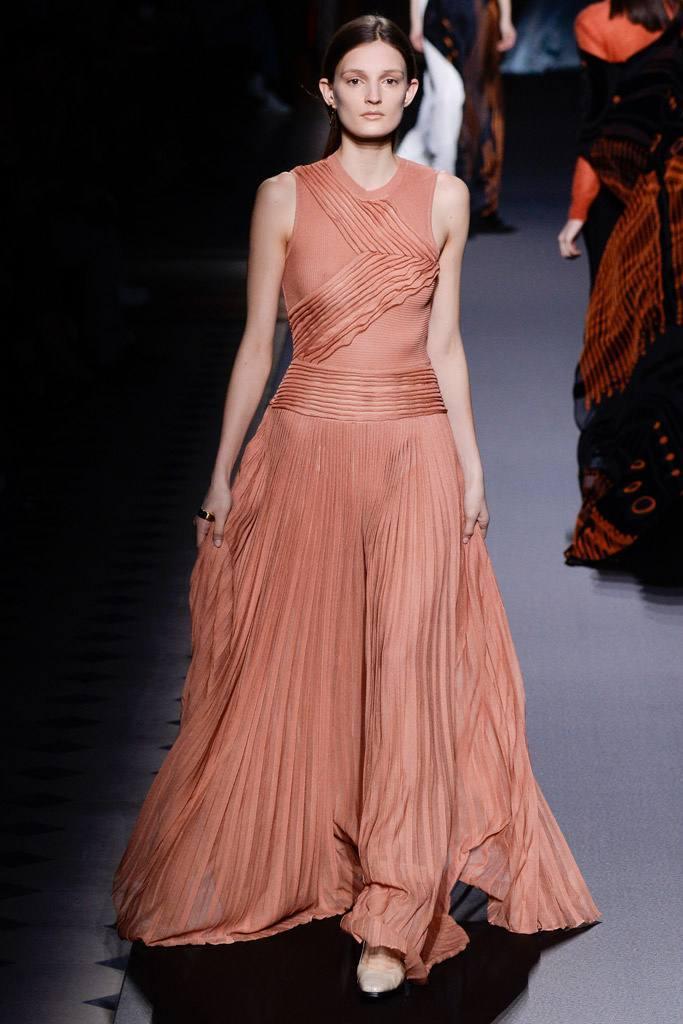 Платье цвета персиковое эхо