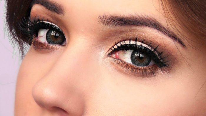 Модный макияж для серых глаз на выпускной