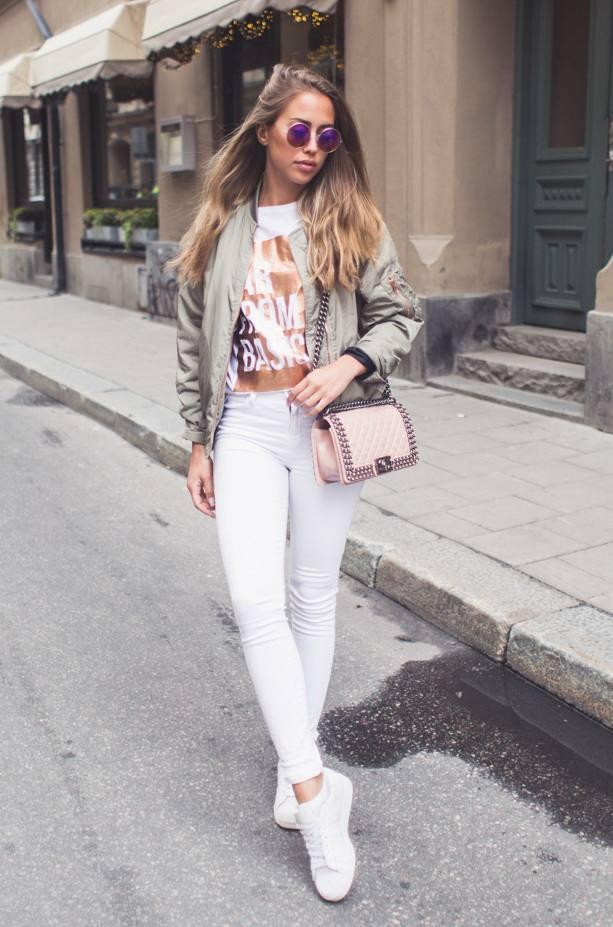 женские луки весна 2022: узкие белые джинсы