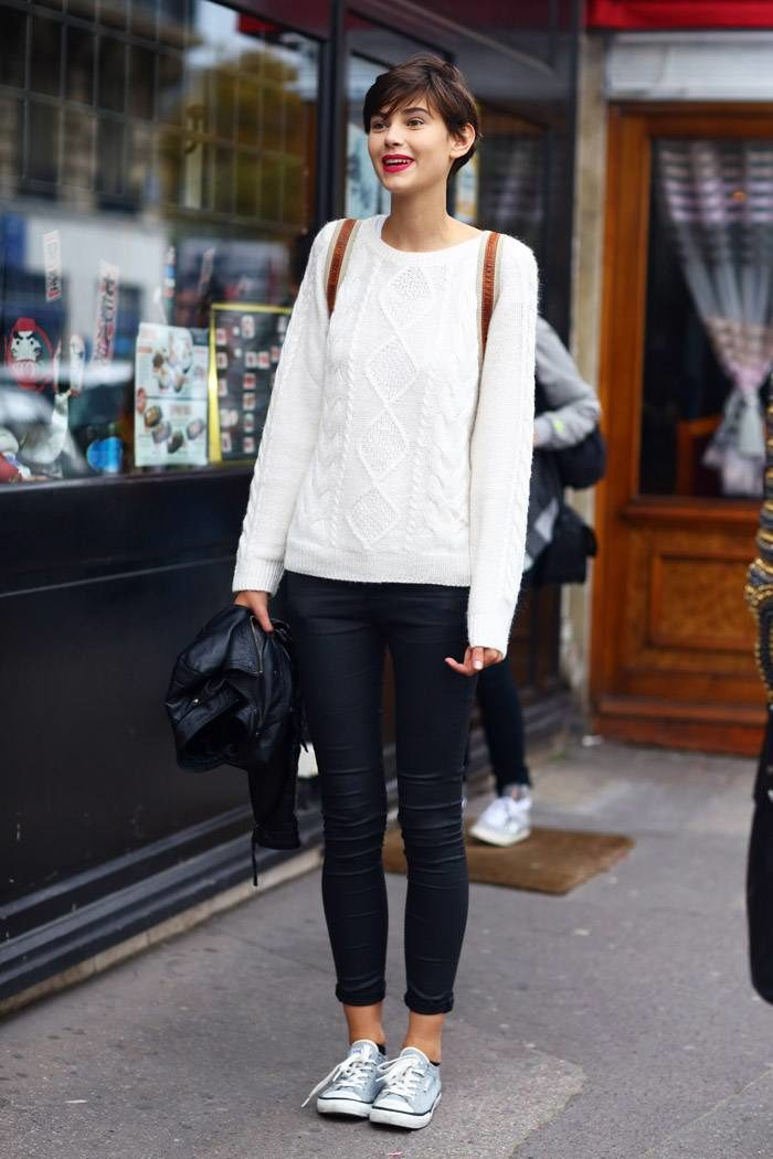 женские луки весна 2022: узкие черные штаны