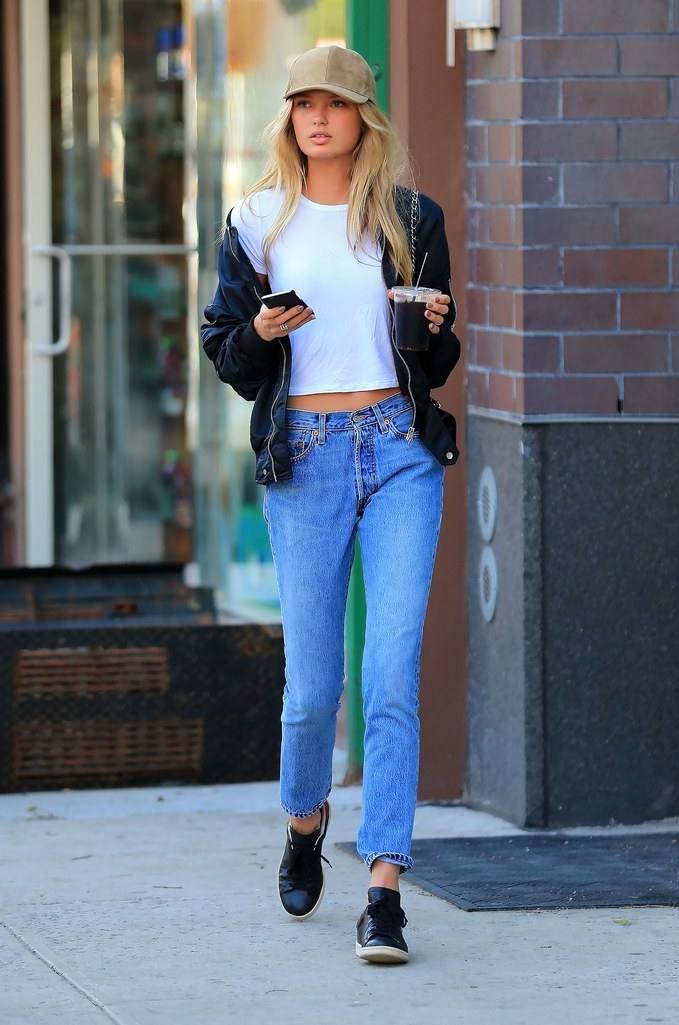 женские луки весна 2020: синие джинсы