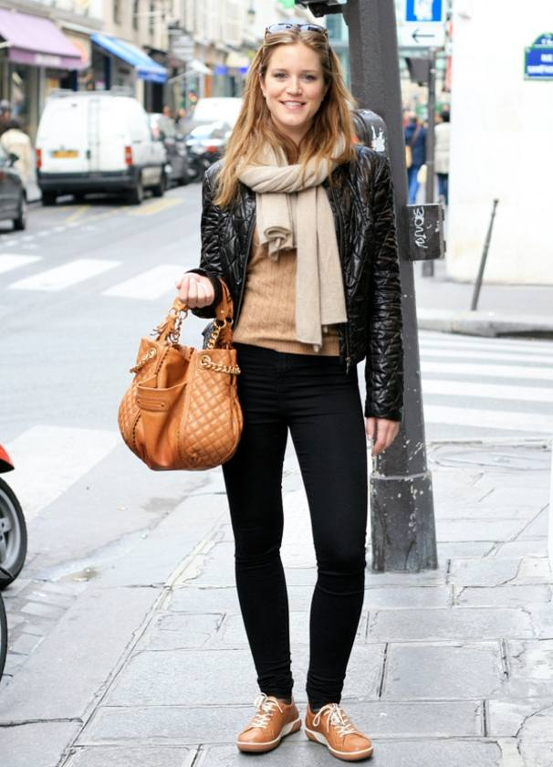 женские луки весна 2022: черная куртка
