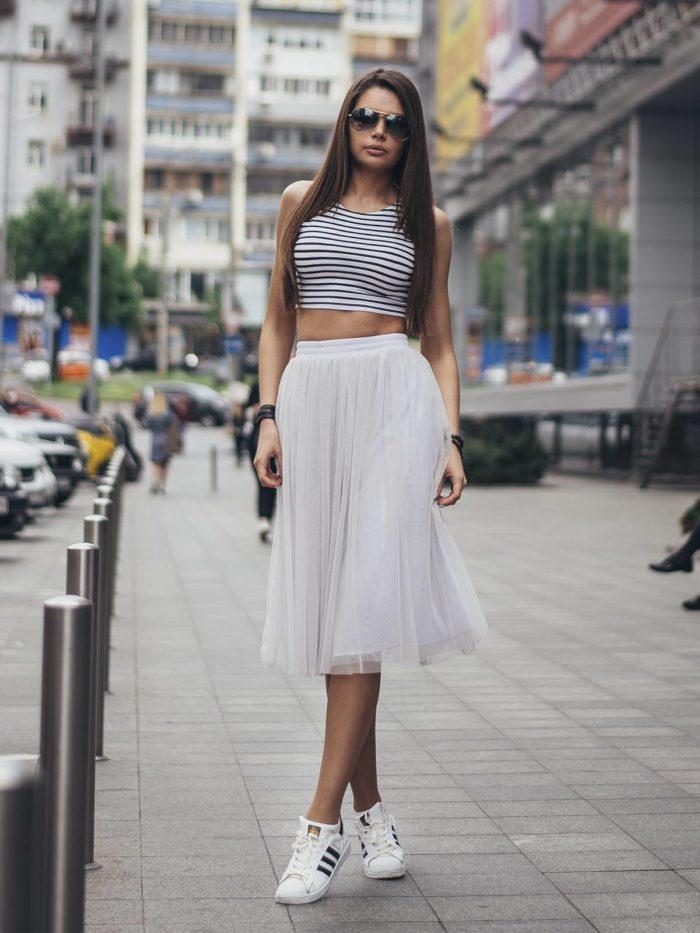 женские луки весна 2022: фатиновая юбка