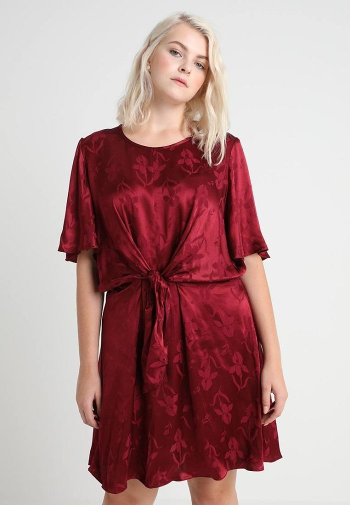 Бардовое короткое платье