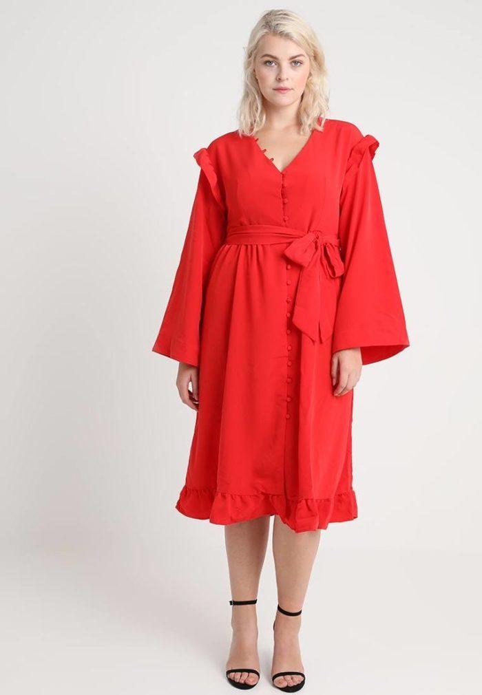 Красное платье средней длины