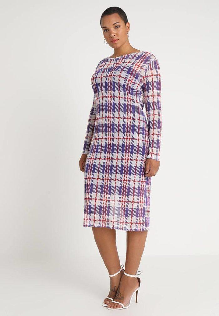 Платье в клетку средней длины