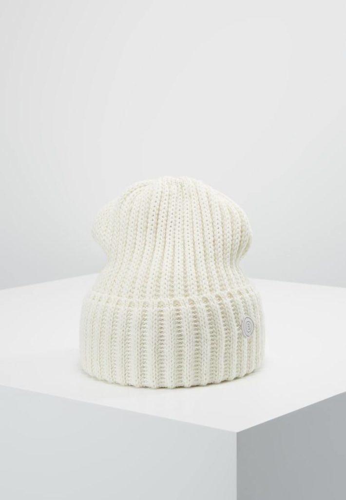 модные головные уборы осень-зима: Женская вязаная шапка белая
