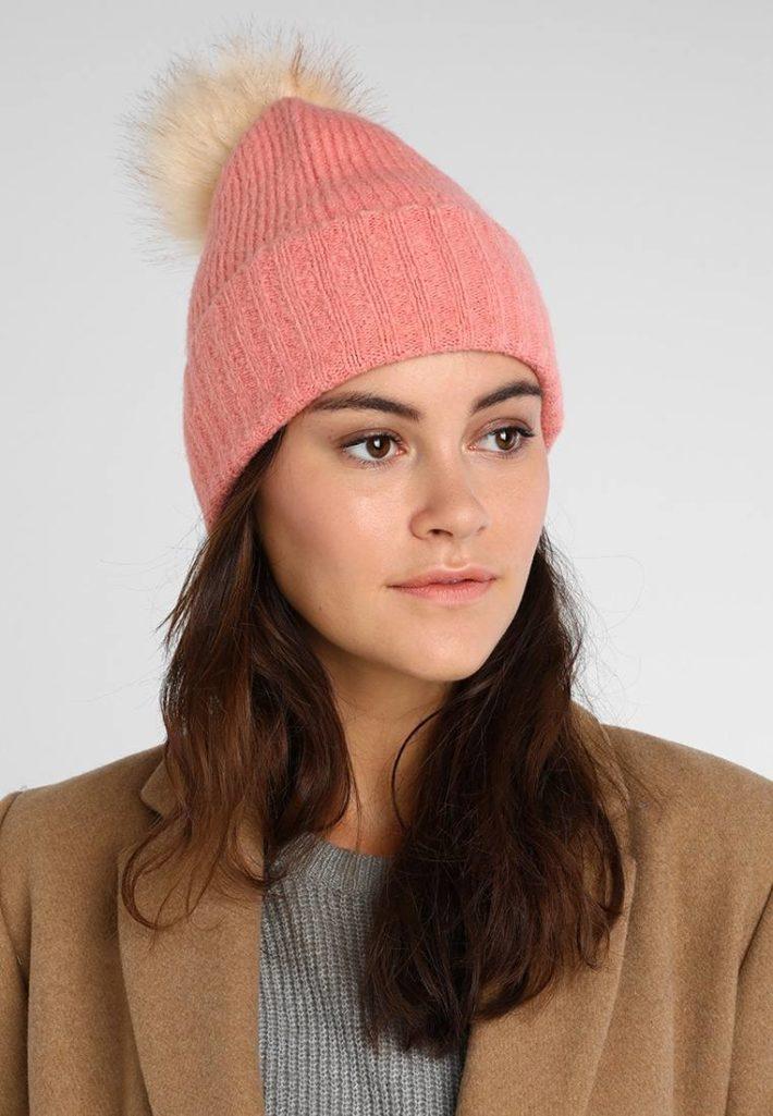 модные головные уборы осень-зима: Женская вязаная шапка розовая