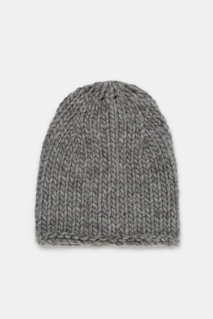 модные головные уборы осень-зима: Женская вязаная шапка серая