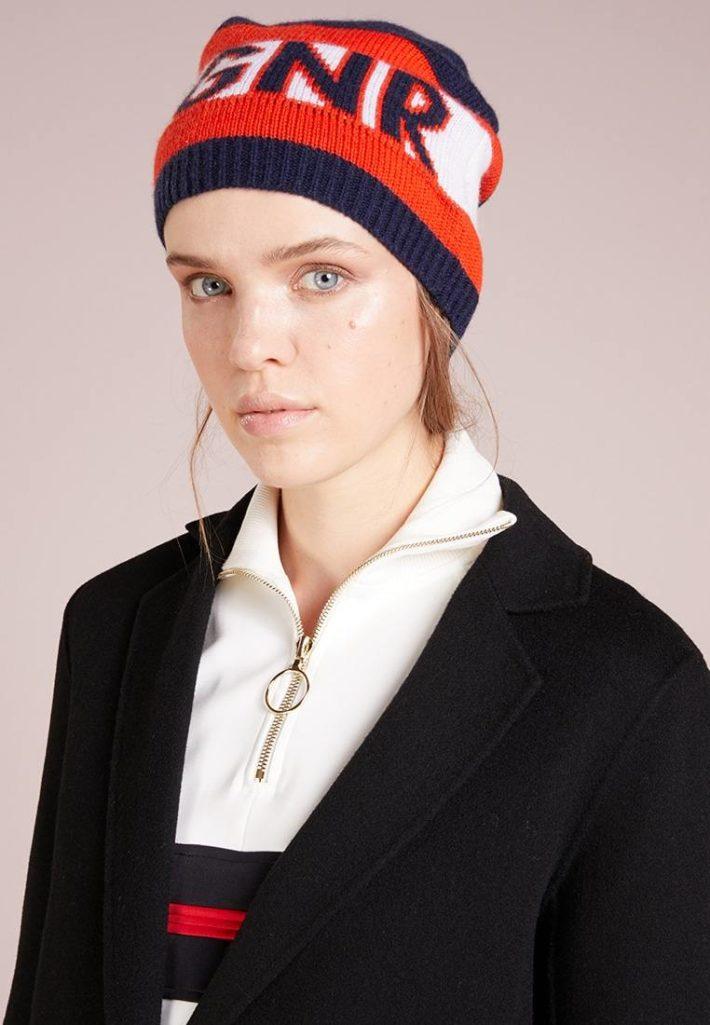 головные уборы: Женская шапка красная с черным