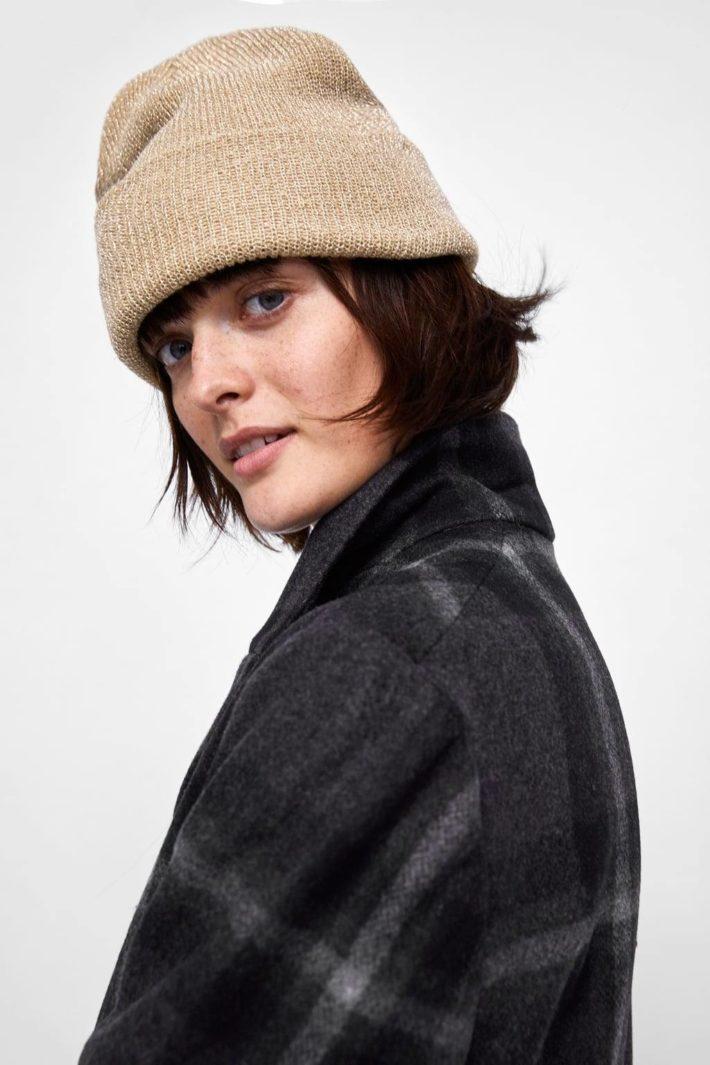 головные уборы: Женская шапка бежевая