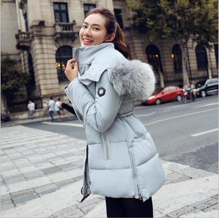 Модные пуховики осень-зима 2019-2020: серый капюшон мех