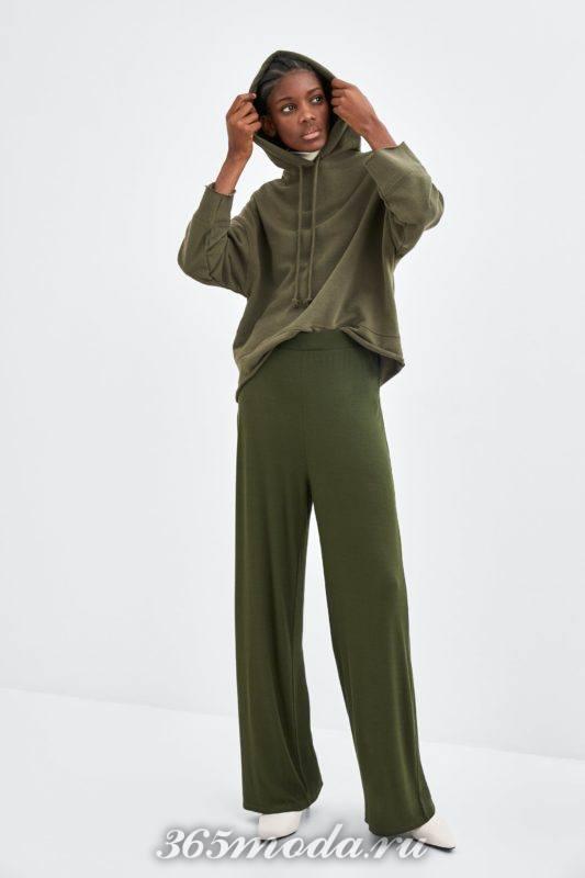 Расклешенные брюки зеленые
