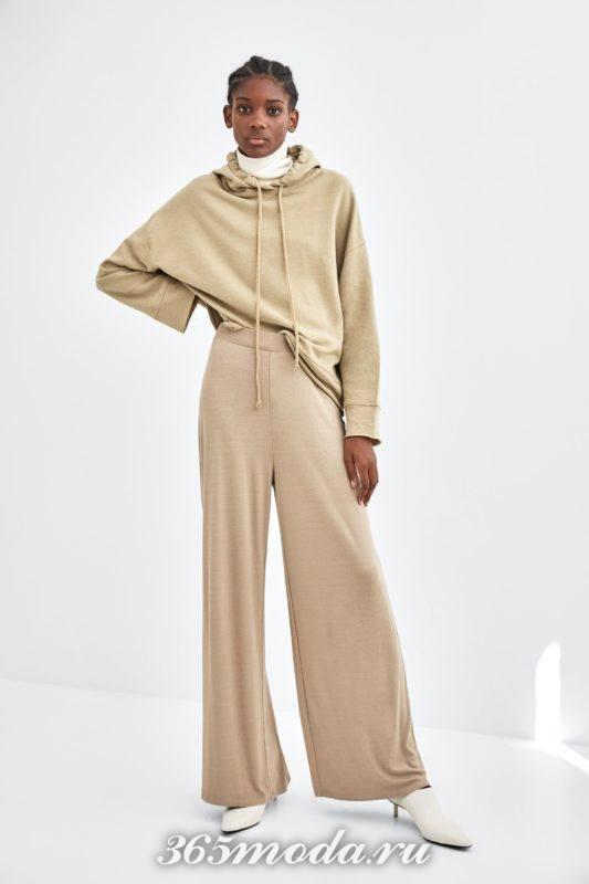 Расклешенные брюки бежевые