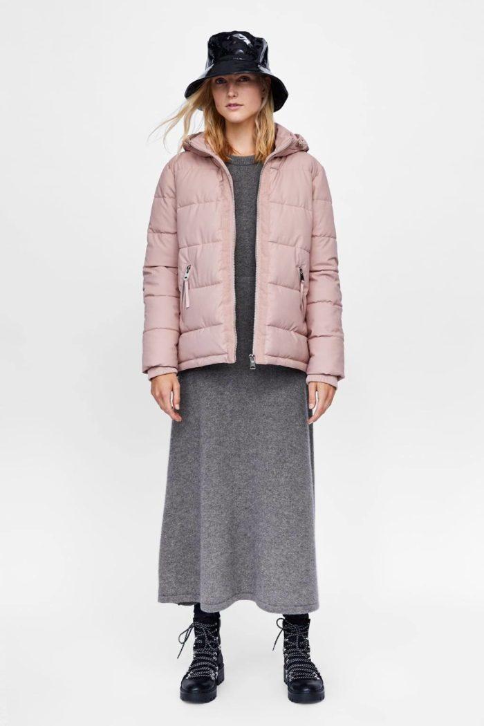 светло-розовая с капюшоном короткая