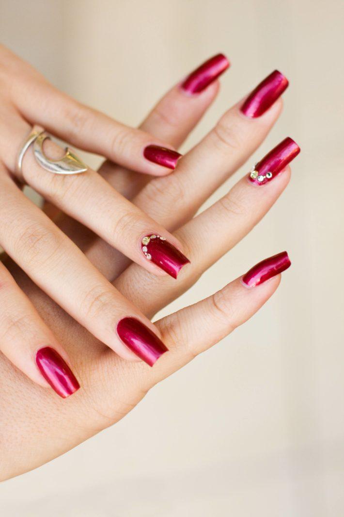 бардовый дизайн ногтей шеллак