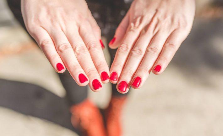 Красный дизайн ногтей шеллак
