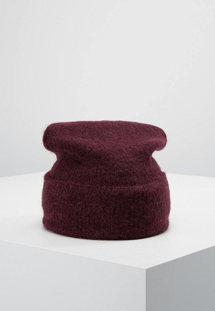 Женская шапка вязаная бардовая