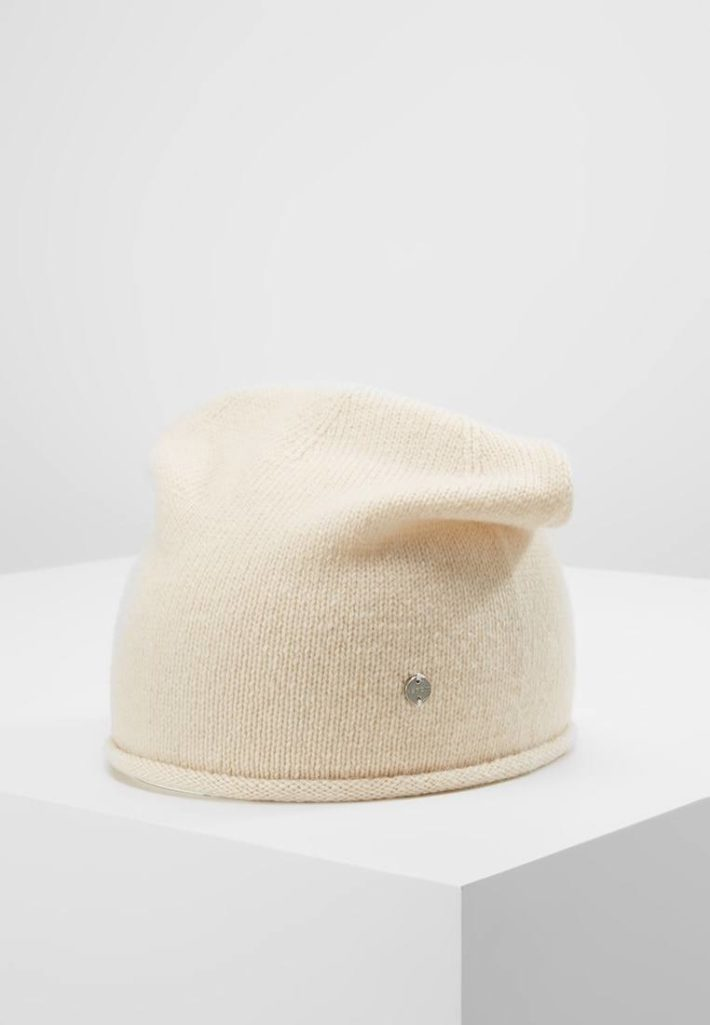 Женская шапка вязаная бежевая