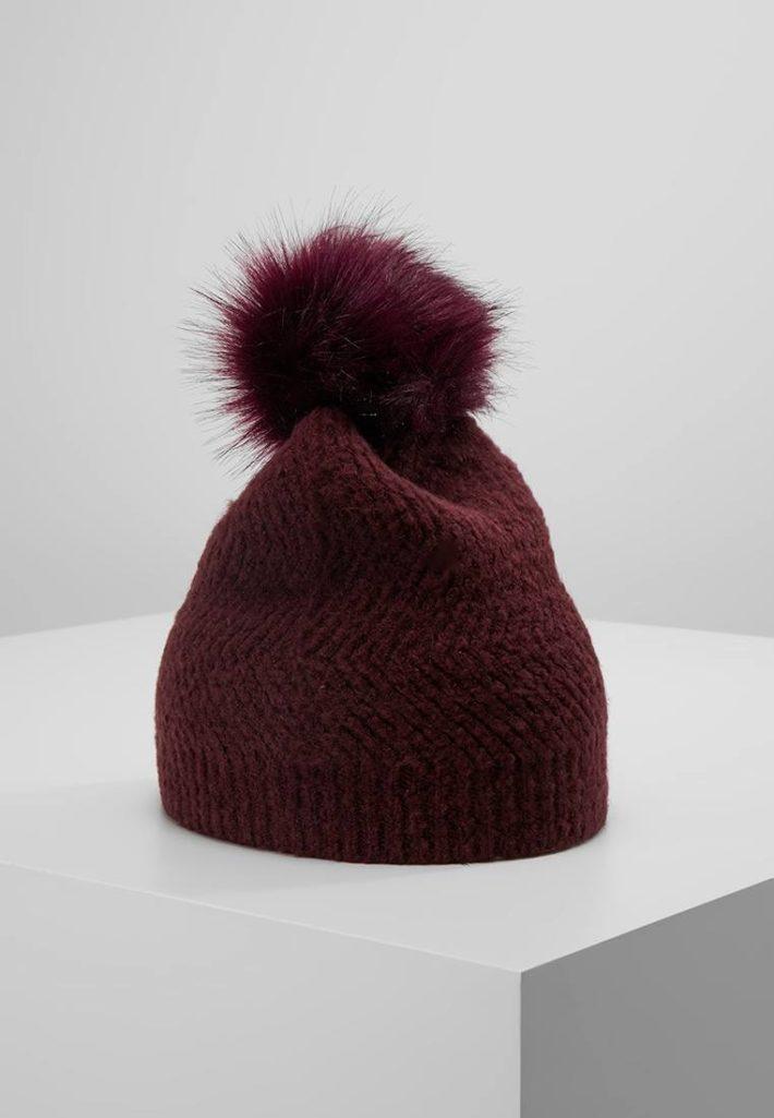 Женская шапка с помпонами= красная