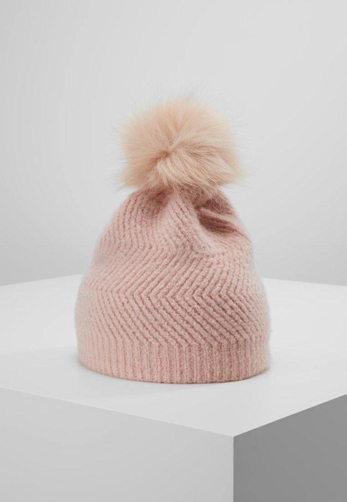 Женская шапка с помпонами розовая