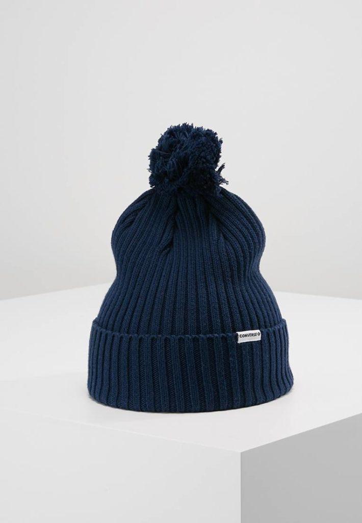 Женская шапка с помпонами синяя