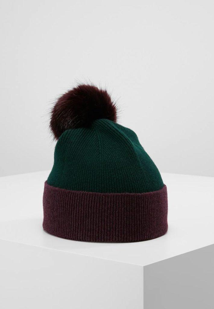 Женская шапка с помпонами зеленая