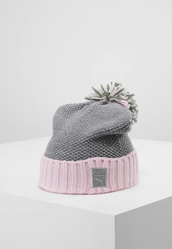 Женская шапка с помпонами серая