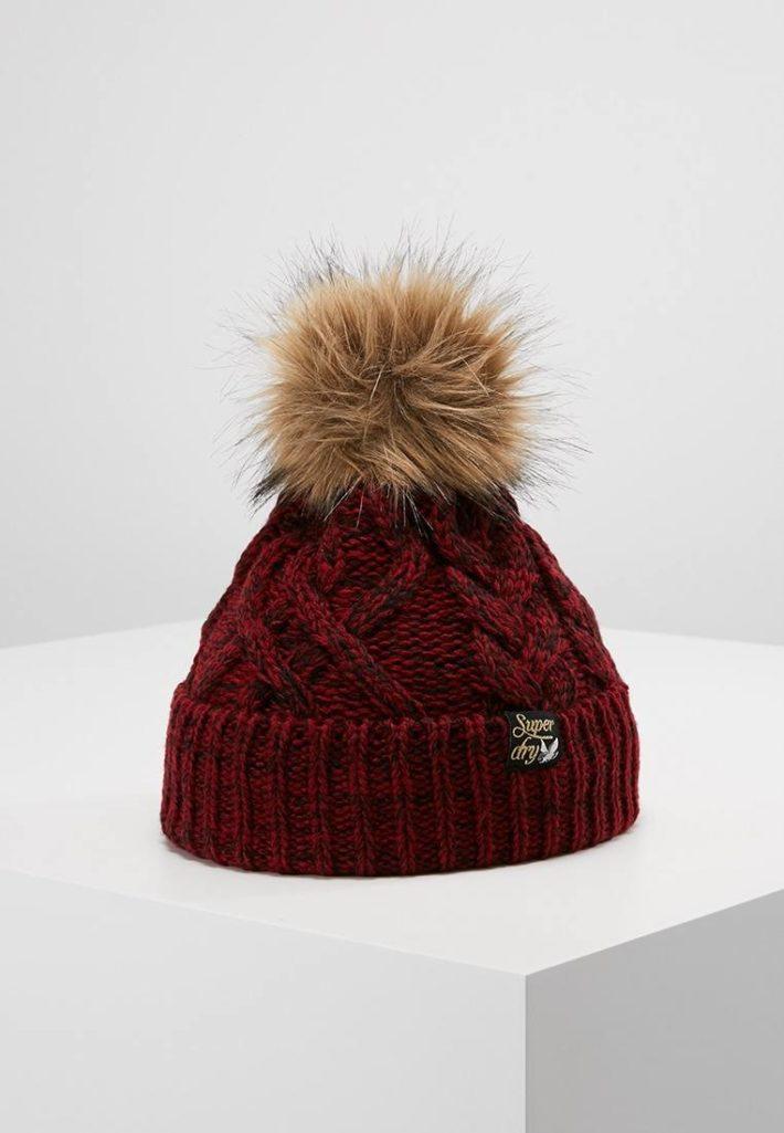 Женская шапка с помпонами бардовая