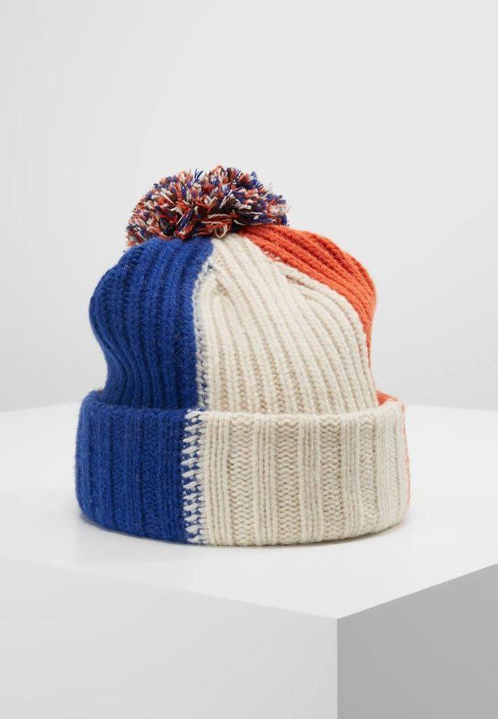 Женская шапка с помпонами цветная