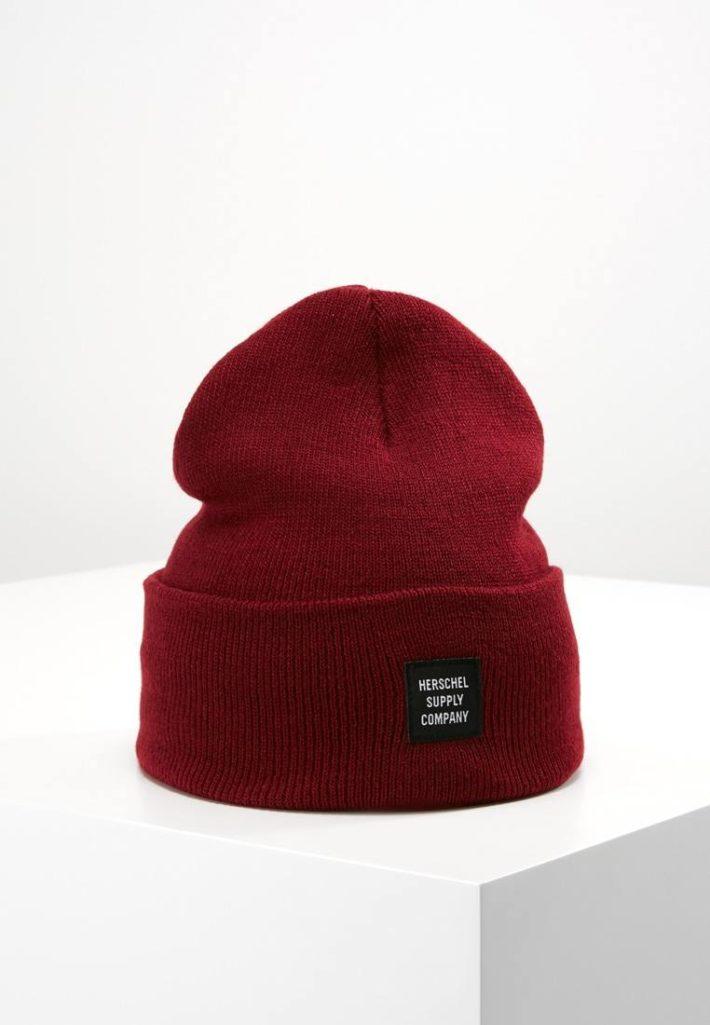 Женская спортивная шапка бордовая