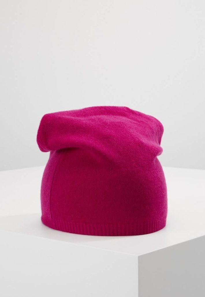 Женская шапка малиновая