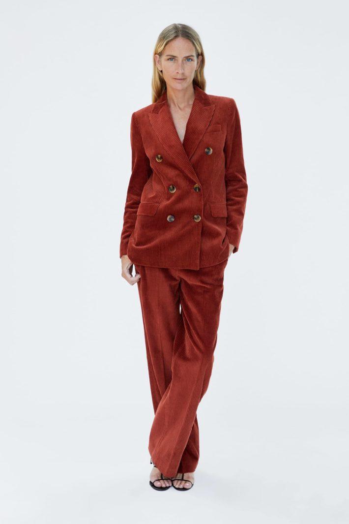 Бардовый женский костюм