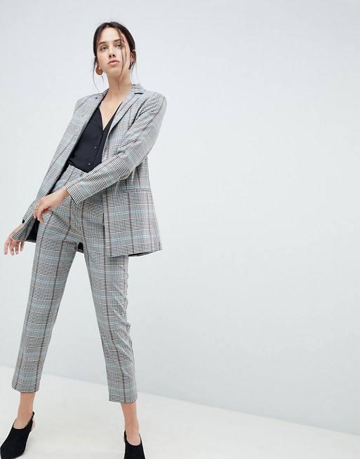 Классический женский костюм в полоску