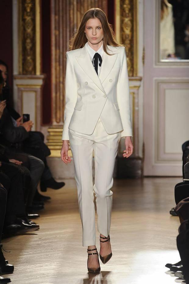 Классический женский костюм белый