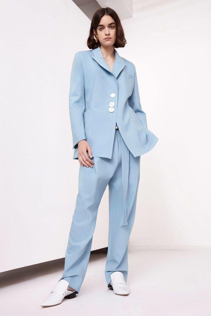 Классический женский костюм голубой
