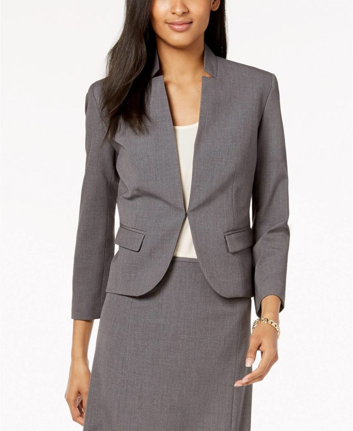 Деловой костюм с юбкой серый