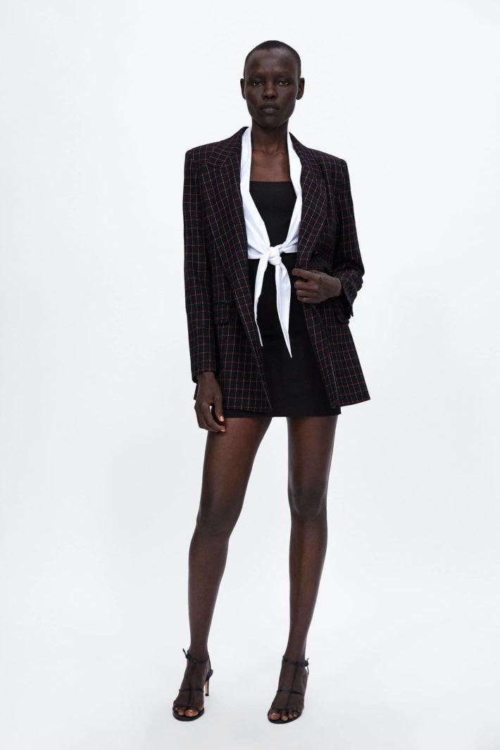 Темный женский костюм