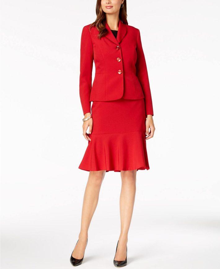 Деловой костюм с юбкой красный