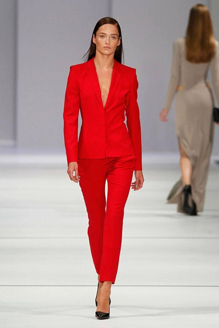 Красный деловой костюм